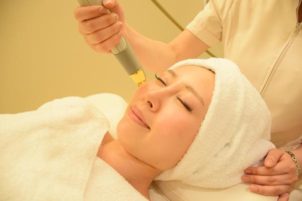 シミ、肝斑、乾燥肌などの治療を受ける女性