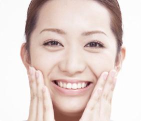 笑顔の明るい女性